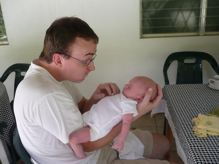 Luzie macht Faxen mit Papa